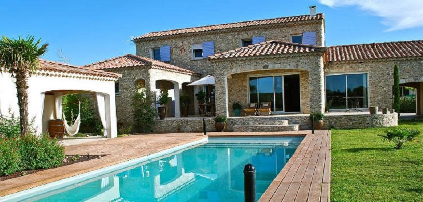 une villa louer avec piscine comme logement de vacances. Black Bedroom Furniture Sets. Home Design Ideas