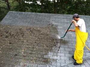 L'utilisation d'un produit nettoyant est-elle conseillée pour le démoussage de toiture ?