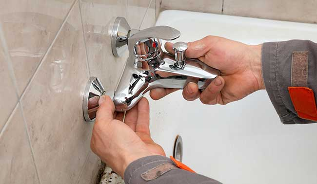 démonter un robinet de douche à double poignée
