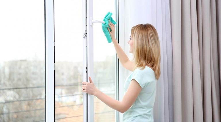 Comment nettoyer les vitres des fenêtres et portes de façon naturelle ?