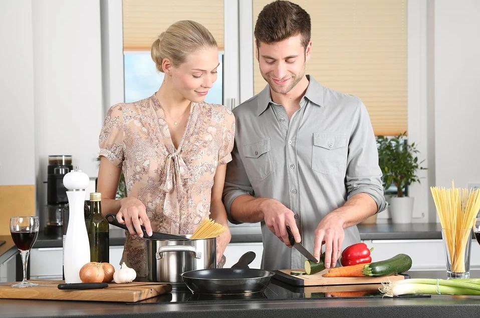 homme et femme dans une cuisine rangée