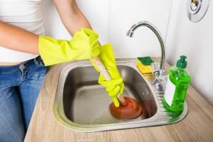 Comment nettoyer les éviers et les canalisations obstrués