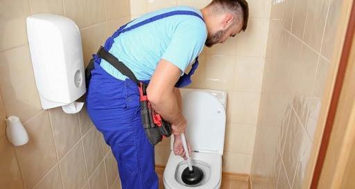 Comment déboucher des toilettes sans piston